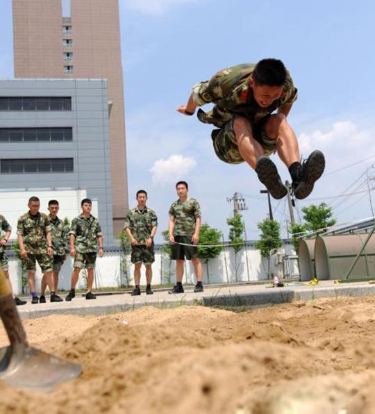 军人立定_军人体能训练考核立定三级跳比赛