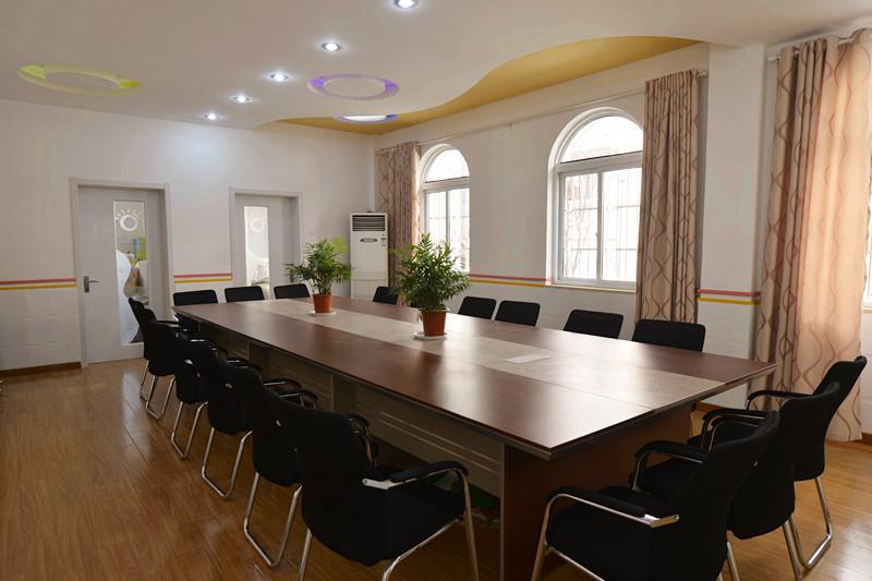 肅靜的會議室