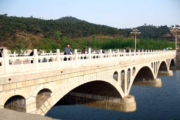 7771622_石拱橋:青龍集貿市場橋,該橋為花崗巖石拱橋。設計于2005年4月,建成于2005年10月。