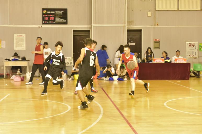 师生篮球互动