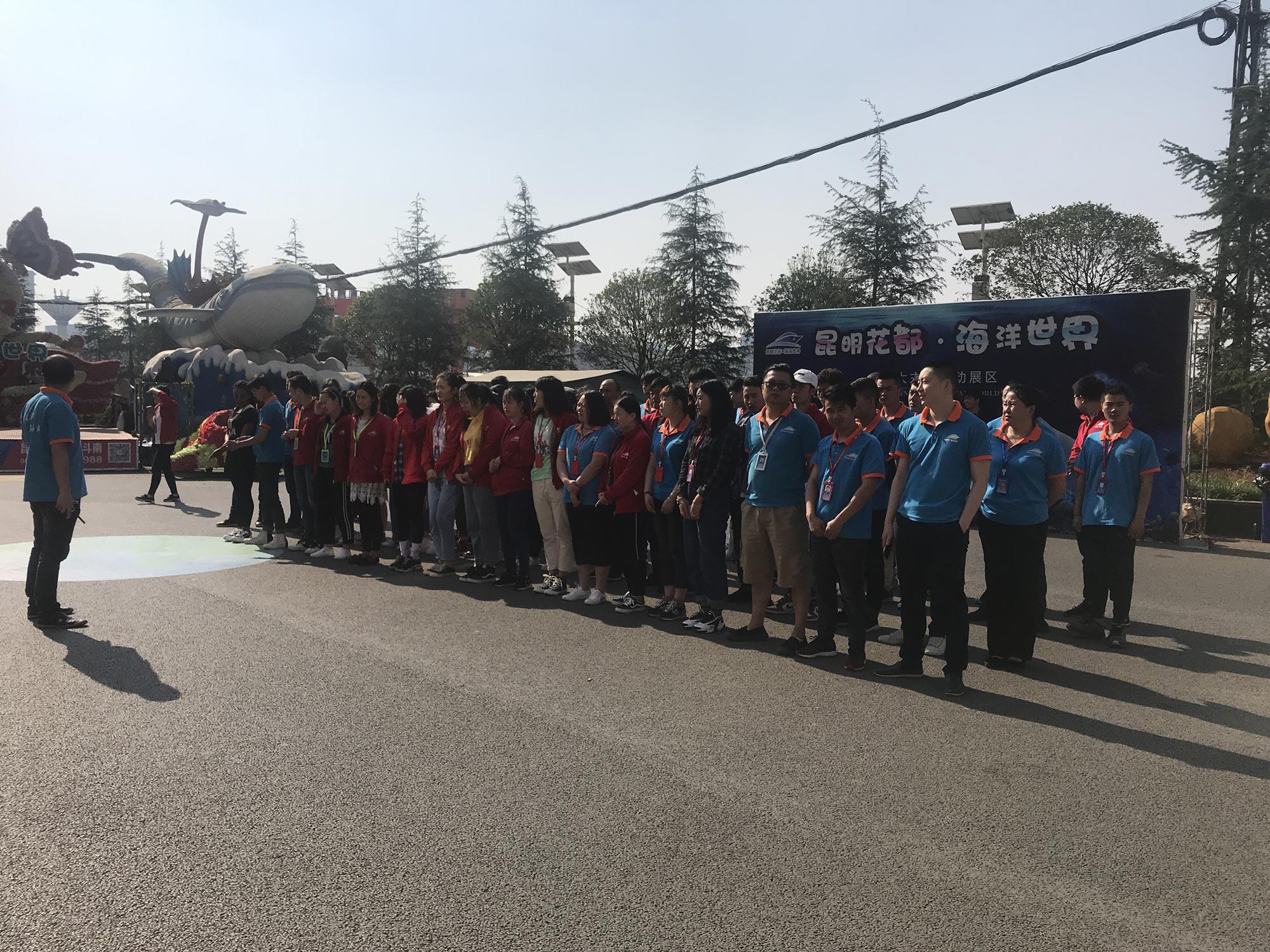 團建2-早晨清新的空氣,隨著太陽的升起,公司全體員工們早已已在外廣場集合,準備這一天的團建奮戰。