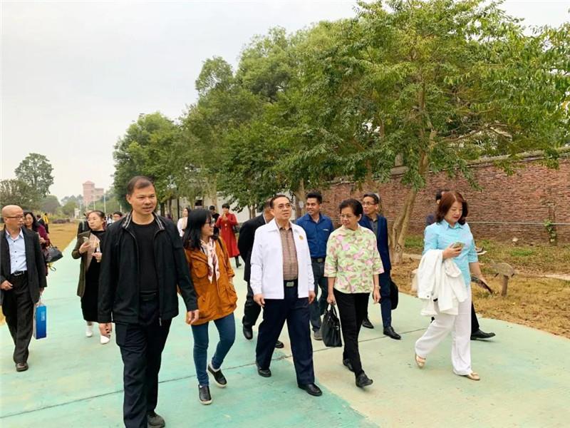 李藝陪同宋立普吉主席一行漫步生態園