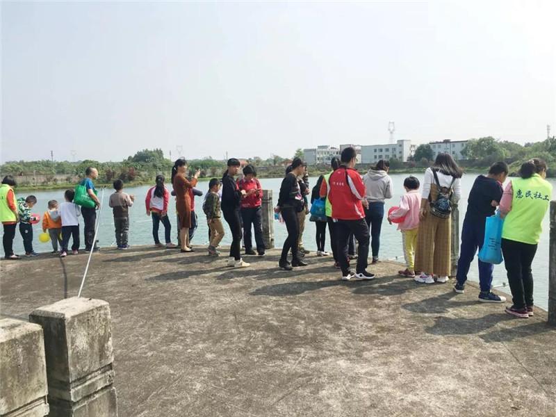 親子游團隊參觀金錢龜微型保護區