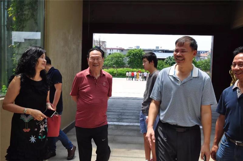李藝陪同徐克成院長參觀萬龜園