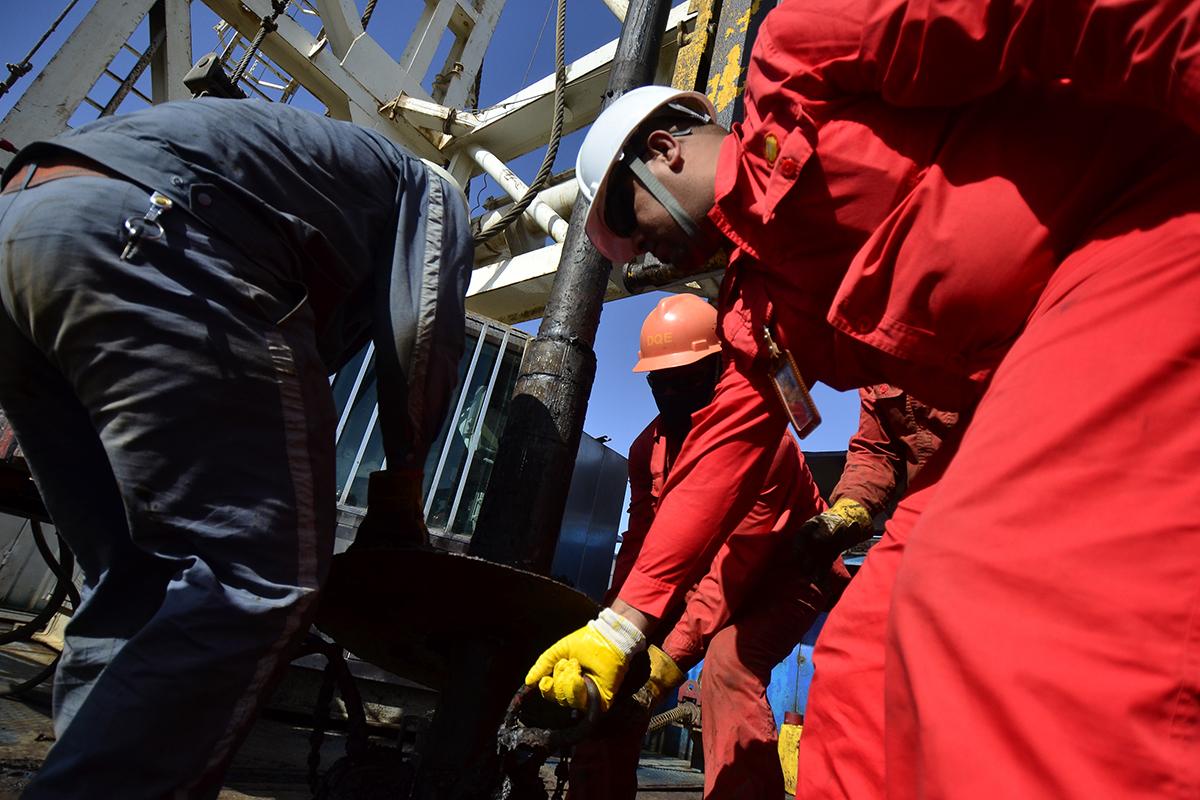 06-聽到關井信號后,當班雇員在高級雇員Mustafa帶領下配合司鉆在井口卡好卡瓦