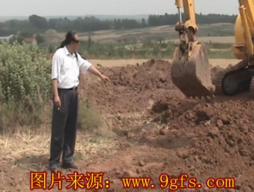 青岛即墨祖坟风水师刘泽良在胶州看坟地风水为客人现场调理阴宅风水