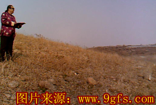 2011年3月刘泽良大师在烟台栖霞看祖坟风水时为福主寻找阴基风水宝地