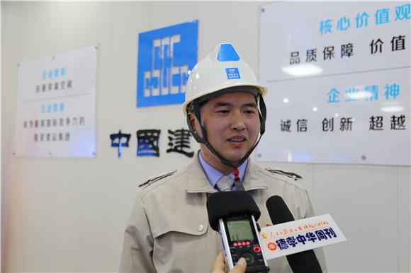 """建筑工地农民工的""""集体生日会"""""""