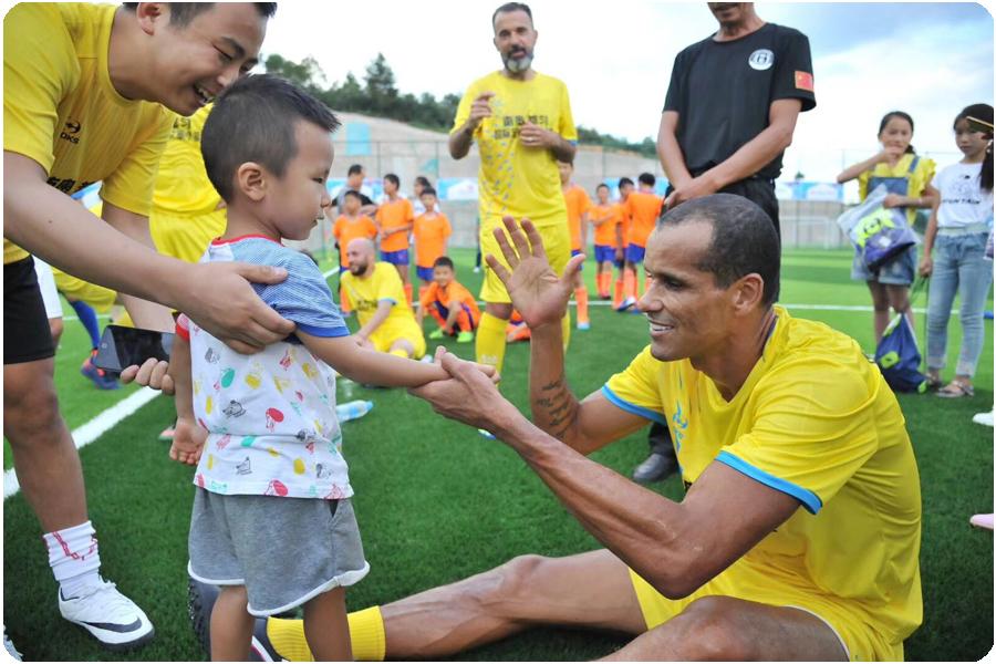 里瓦尔多与小球迷互动1