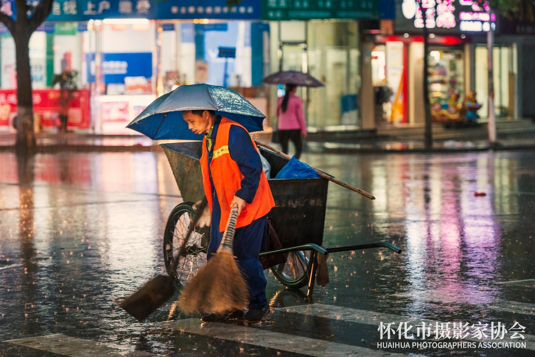 《雨中的环卫工人》张镭