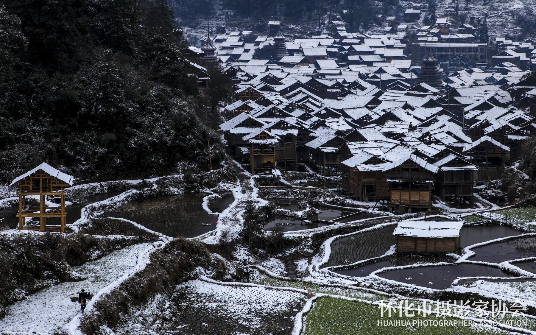 《侗寨新雪》梁雅白