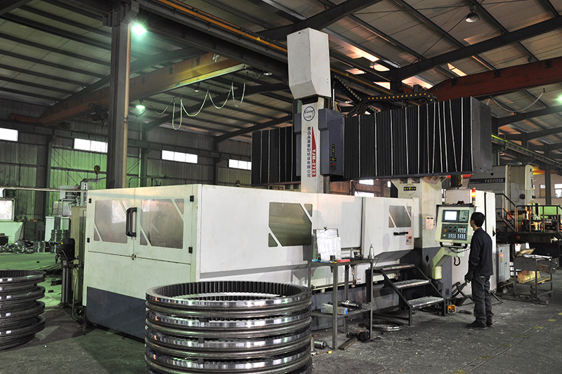 數控龍門加工中—YJM-2722型CNC機床,它采用了先進的三菱M70數控系統.