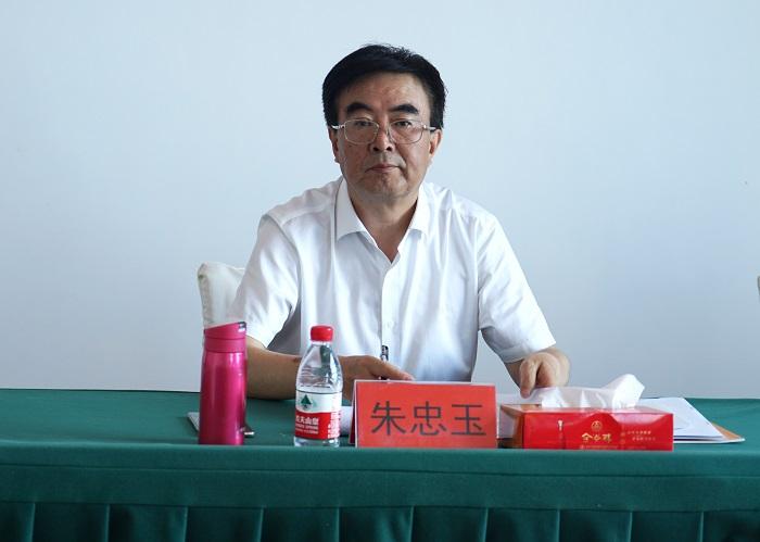 五糧液股份公司黨委委員、副總經理朱忠玉深入五谷春酒業調研