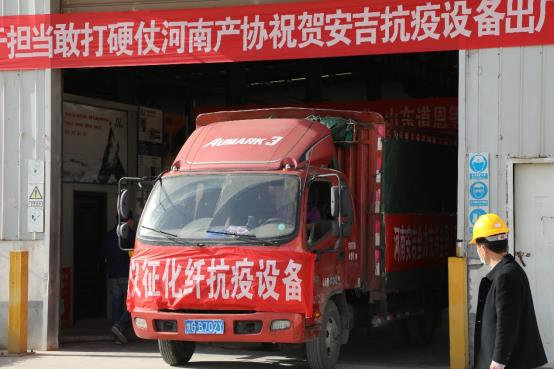 街道边商店的红色卡车  描述已自动生成