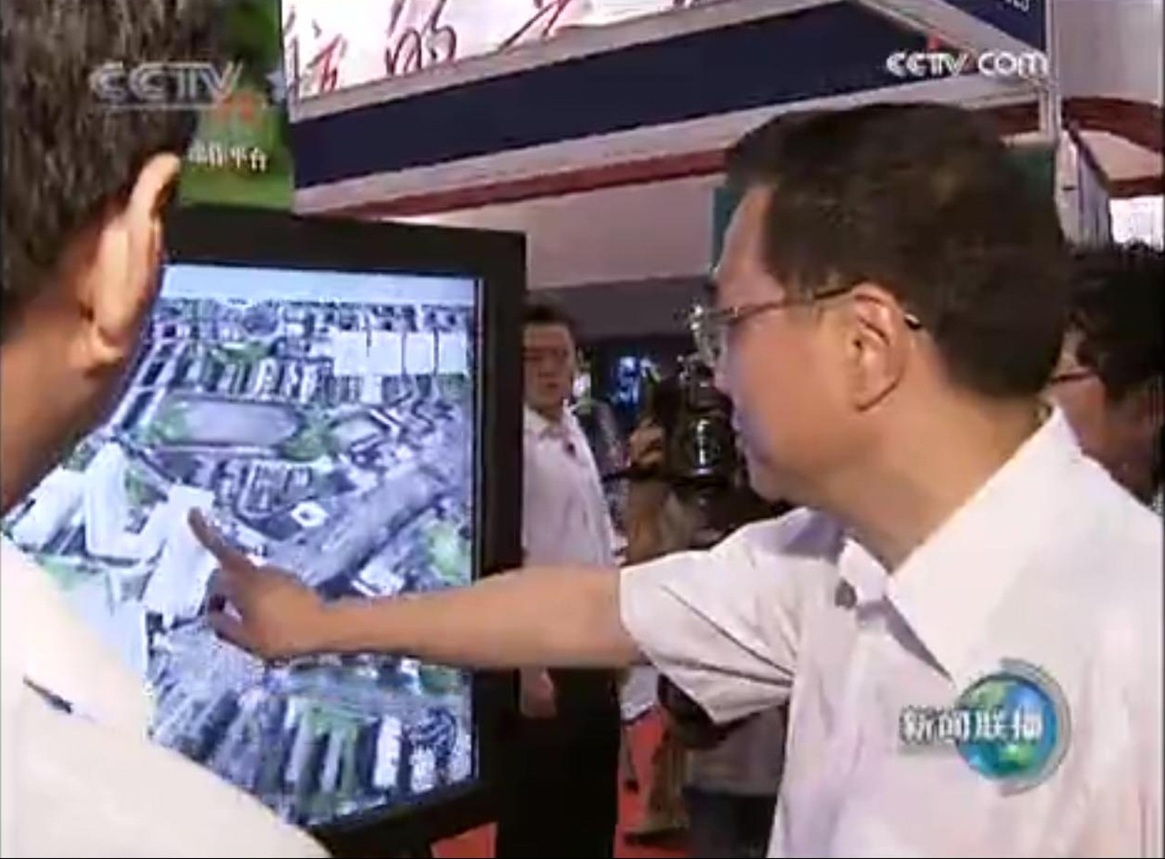 02.2009年07月,時任國務院副總理李克強觀看并親自體驗GeoGlobe。