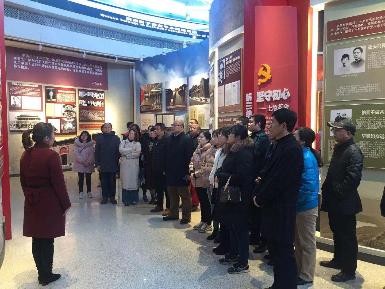 """11月29日,一三九企业党群综合支部、行政党支部、后勤党支部组织40多名党员到渭南市博物馆,参观了《奋斗之路——""""不忘初心、牢记使命""""主题教育展》。靳鹏辉摄影报道"""