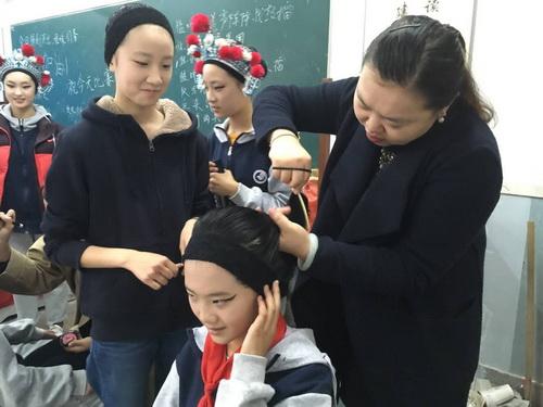 艺术组老师给候台的学生打扮-邵蓉老师作品
