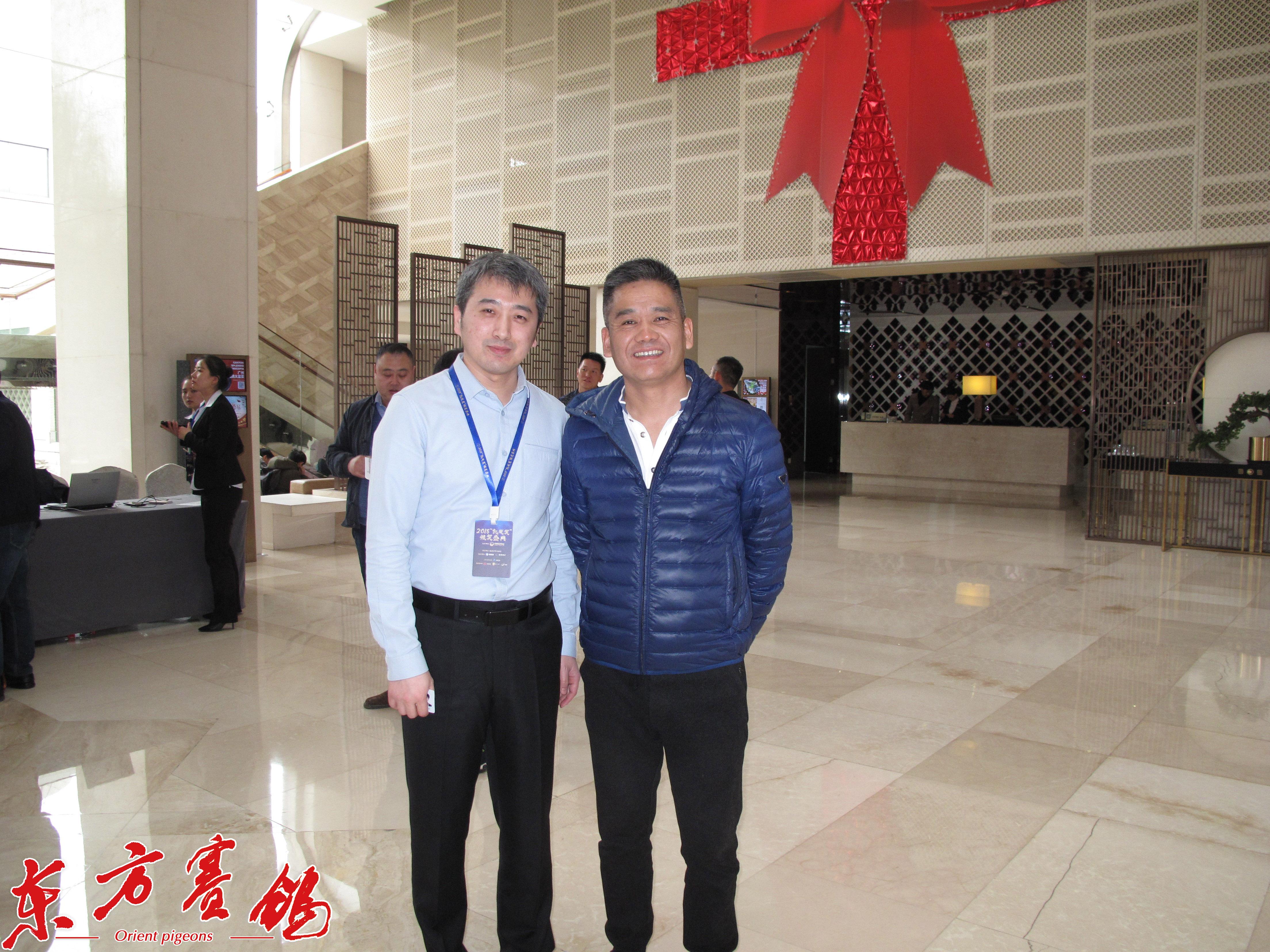 13.江苏云外水庄公棚、云外水庄俱乐部董事长高峰和中鸽协信息部主任李铮在报到大厅相逢。
