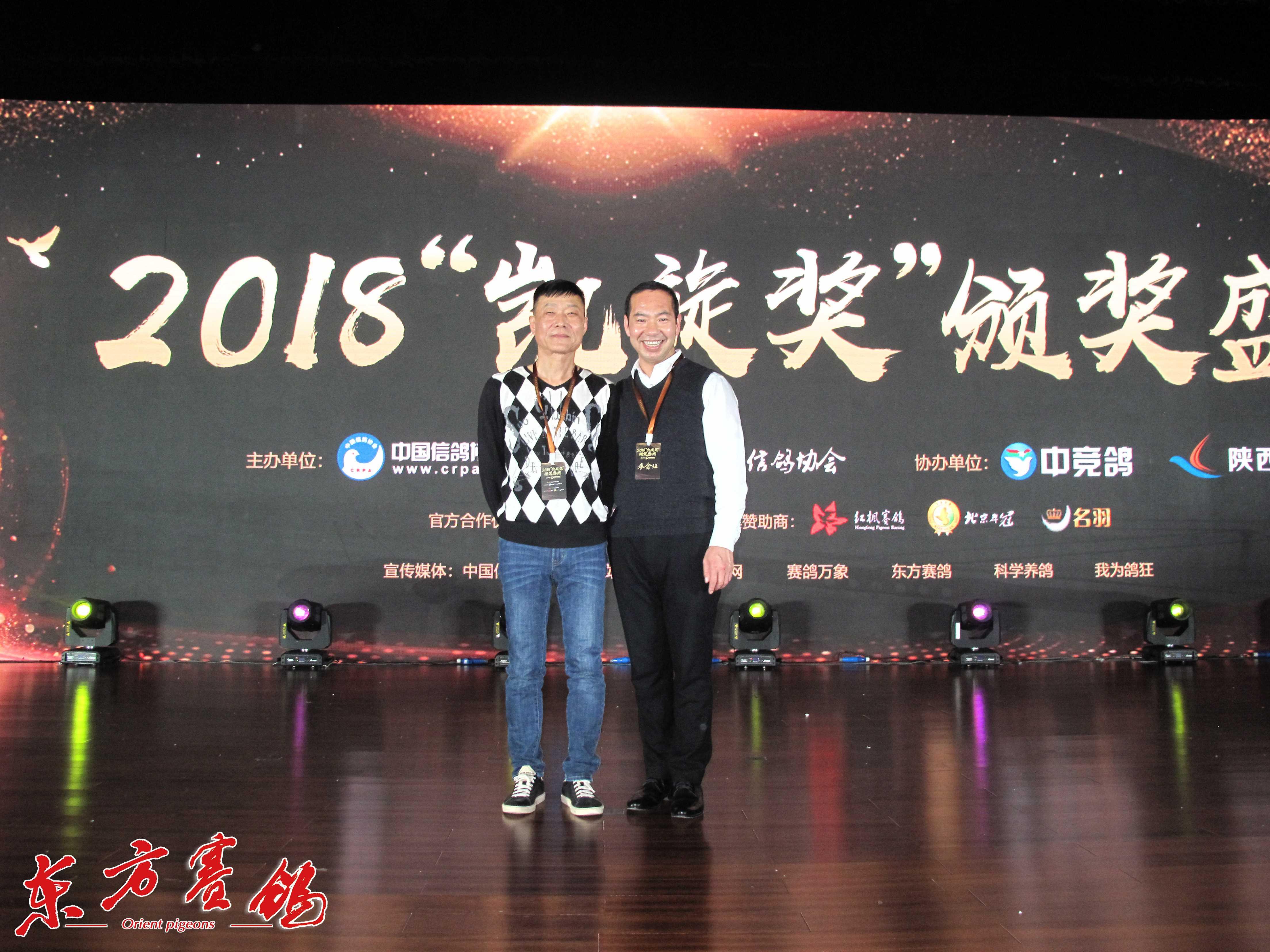 18.北京华顺德公棚董事长张志刚-右和代表合影。