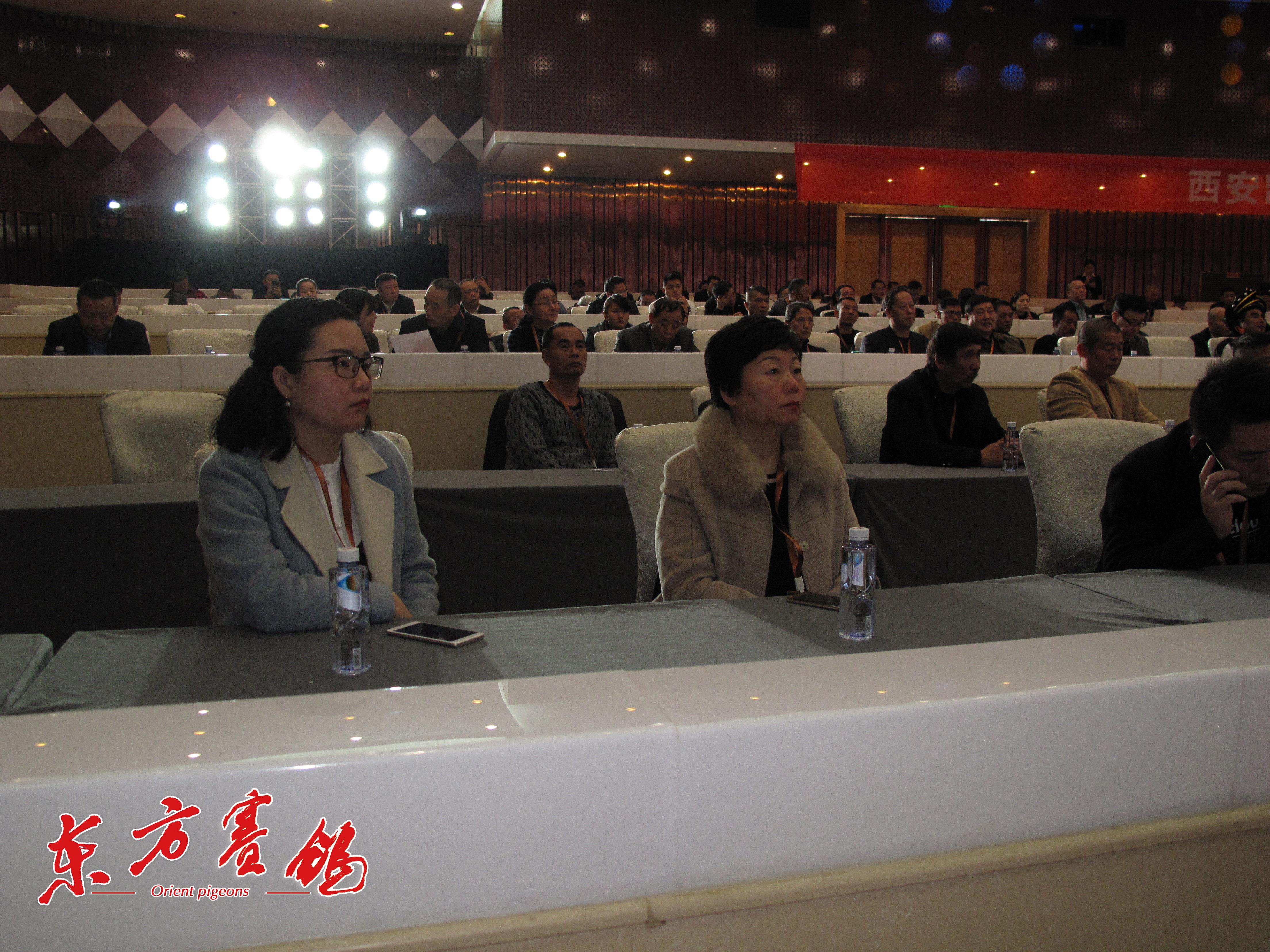 21.西安爱丽丝总经理王新萍-右在认真听会。