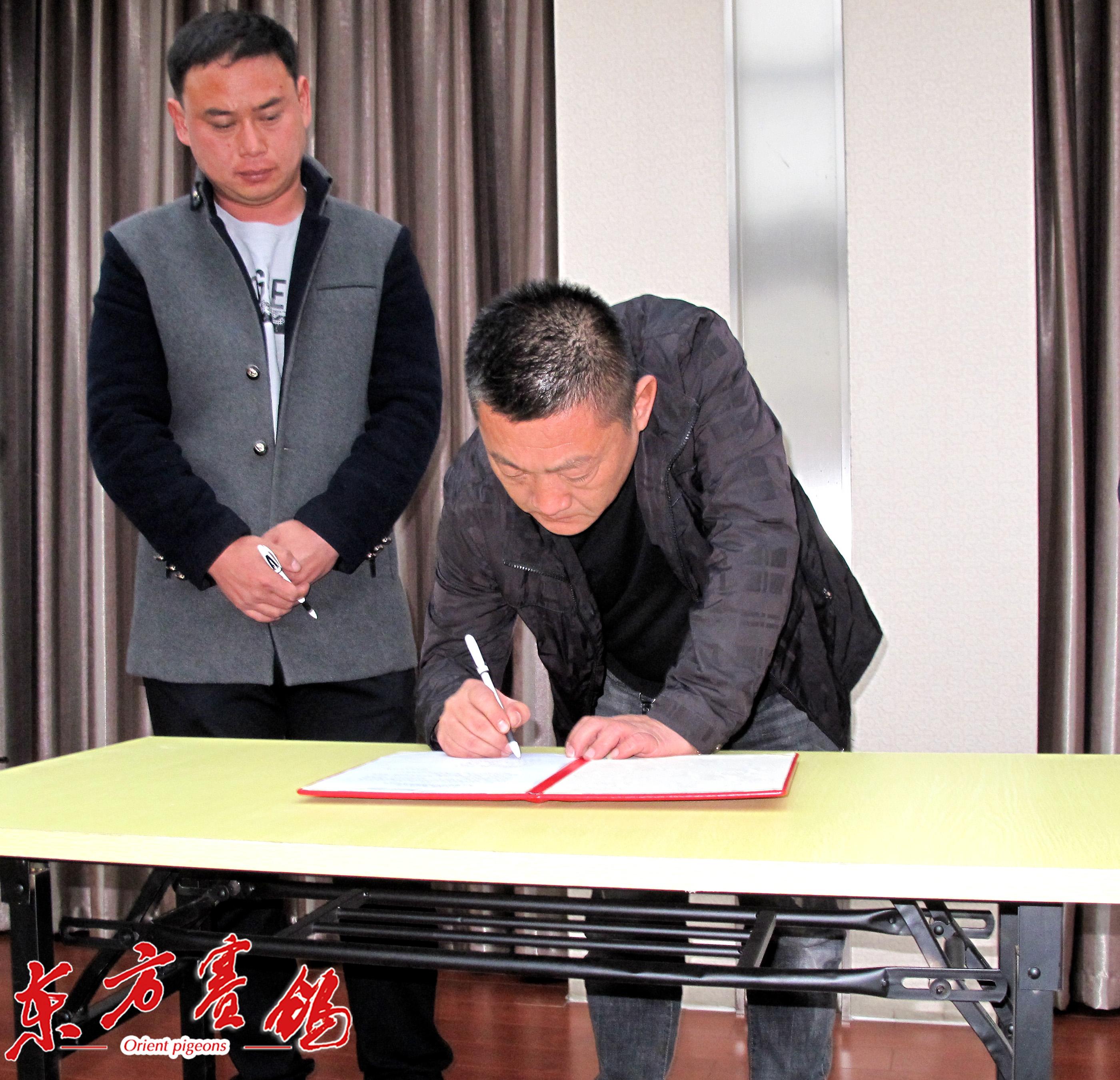 13、天津通翔公棚王金利-右、天津天野公棚王松泉-左在协议书上签字。_2326
