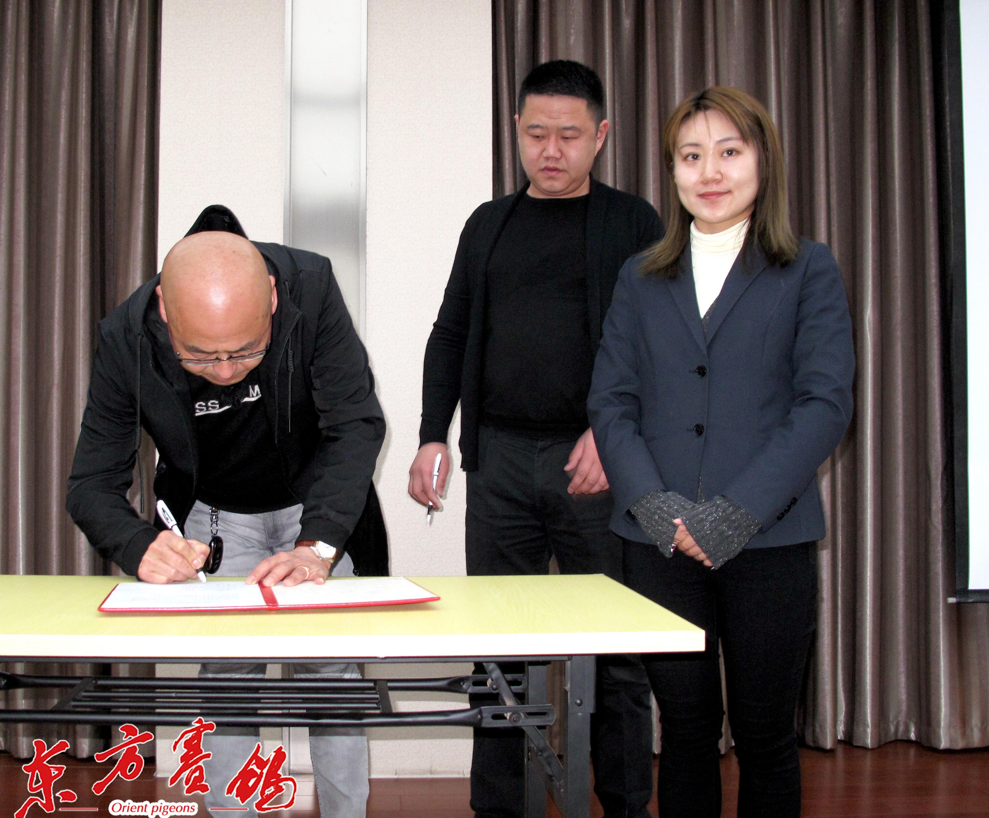 14、天津兆丰公棚总经理李洪滨-左天津源博公棚总经理牛长放在协议书上签字。