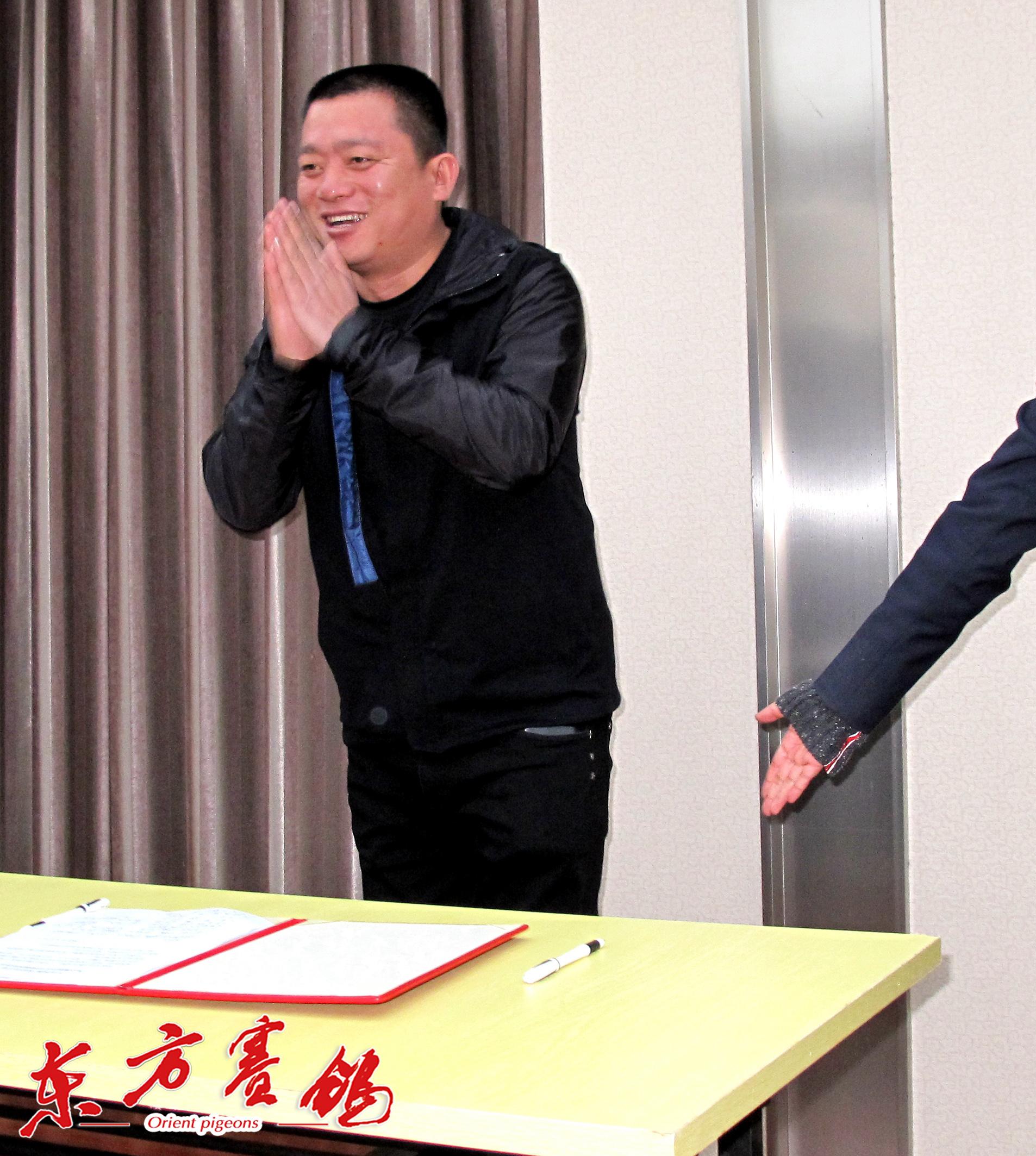 22、河北唐山市鸽友代表唐山阳光鸽舍王秀强在打击网鸽协议书上签字。