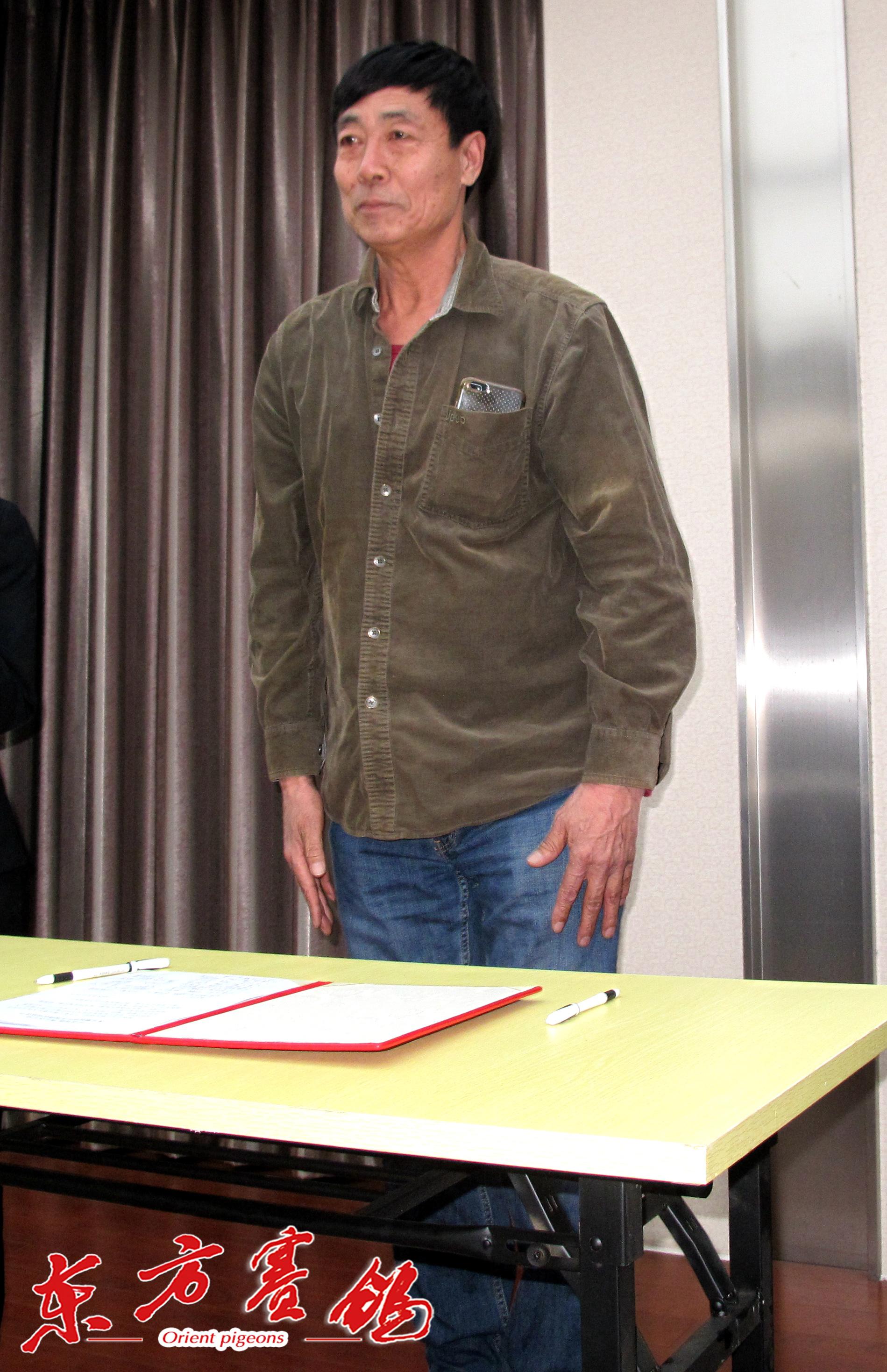 23、天津市鸽友代表崔金祥在打击网鸽协议书上签字。