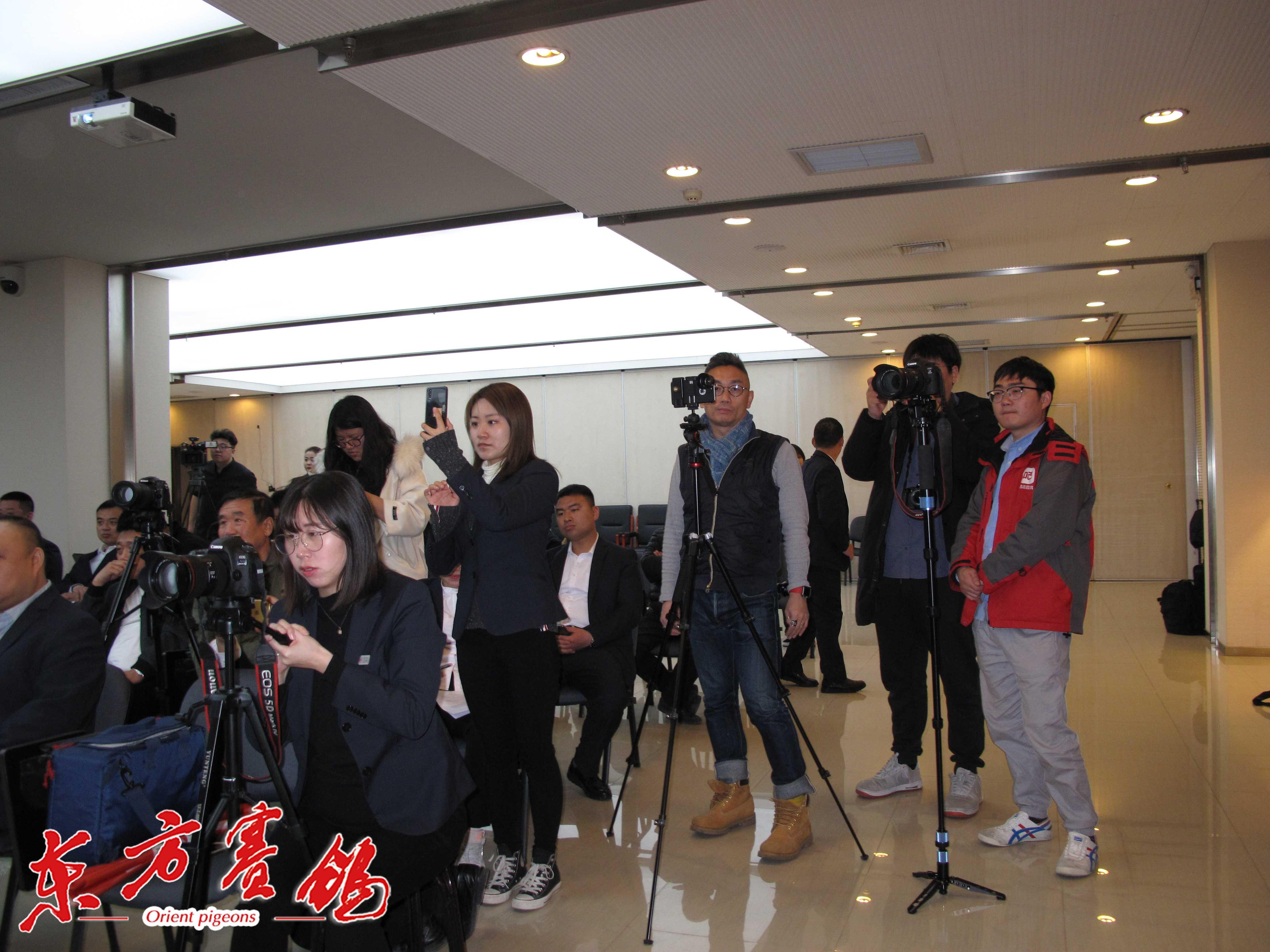 28、十多家媒体在进行现场直播和采集资讯工作。