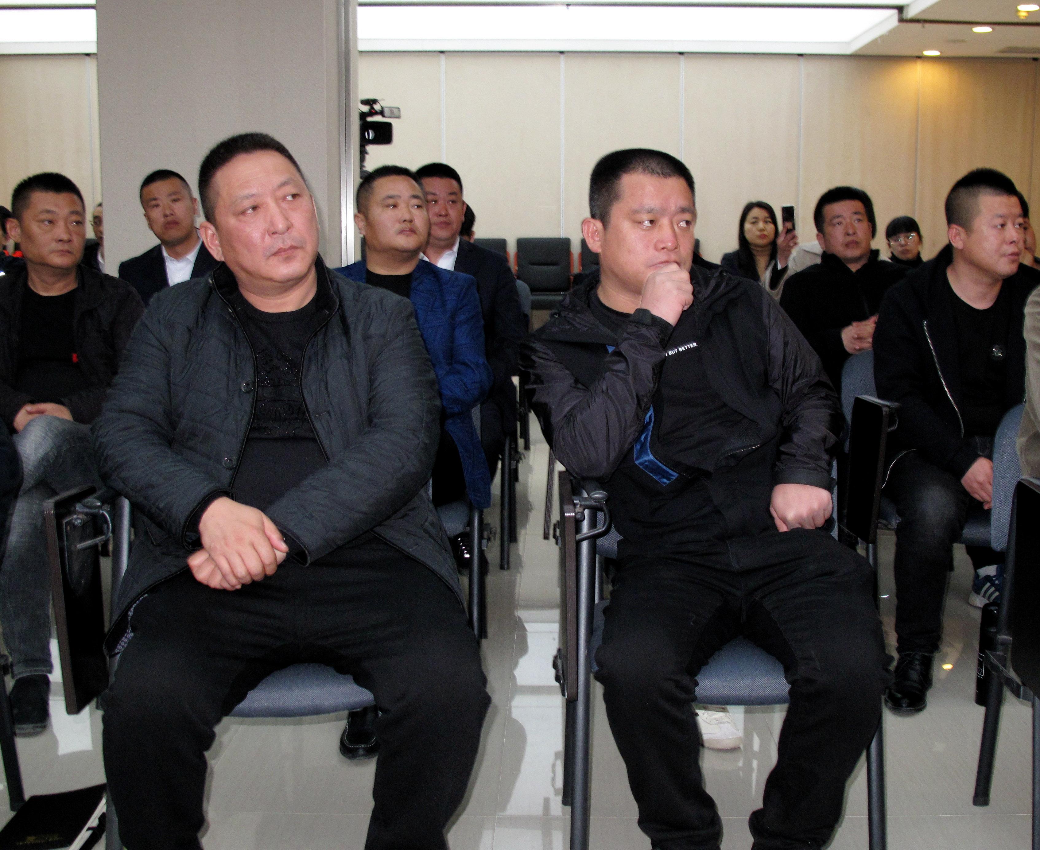 唐山市信鸽协会秘书长张建立-左唐山阳光家园鸽业王秀强-右。