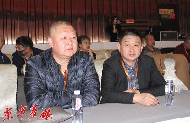 24、上海嘉定信鸽协会长梁景权-左和江苏火车头协会会长王宣东。-0