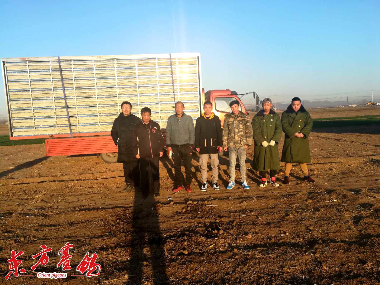 14、放飞地河北省秦皇岛市信鸽协会监赛裁判和监赛鸽友代表在放飞后合影。
