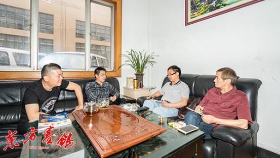 02、连捷鸽舍主人项章峰(左二)与章经理(左一)接受东方赛鸽杂志社的采访