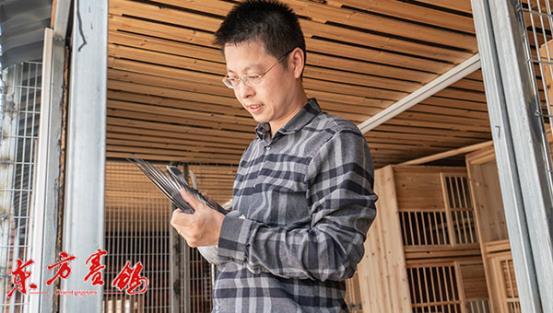 13、项章峰在种鸽棚中检查自己的赛鸽
