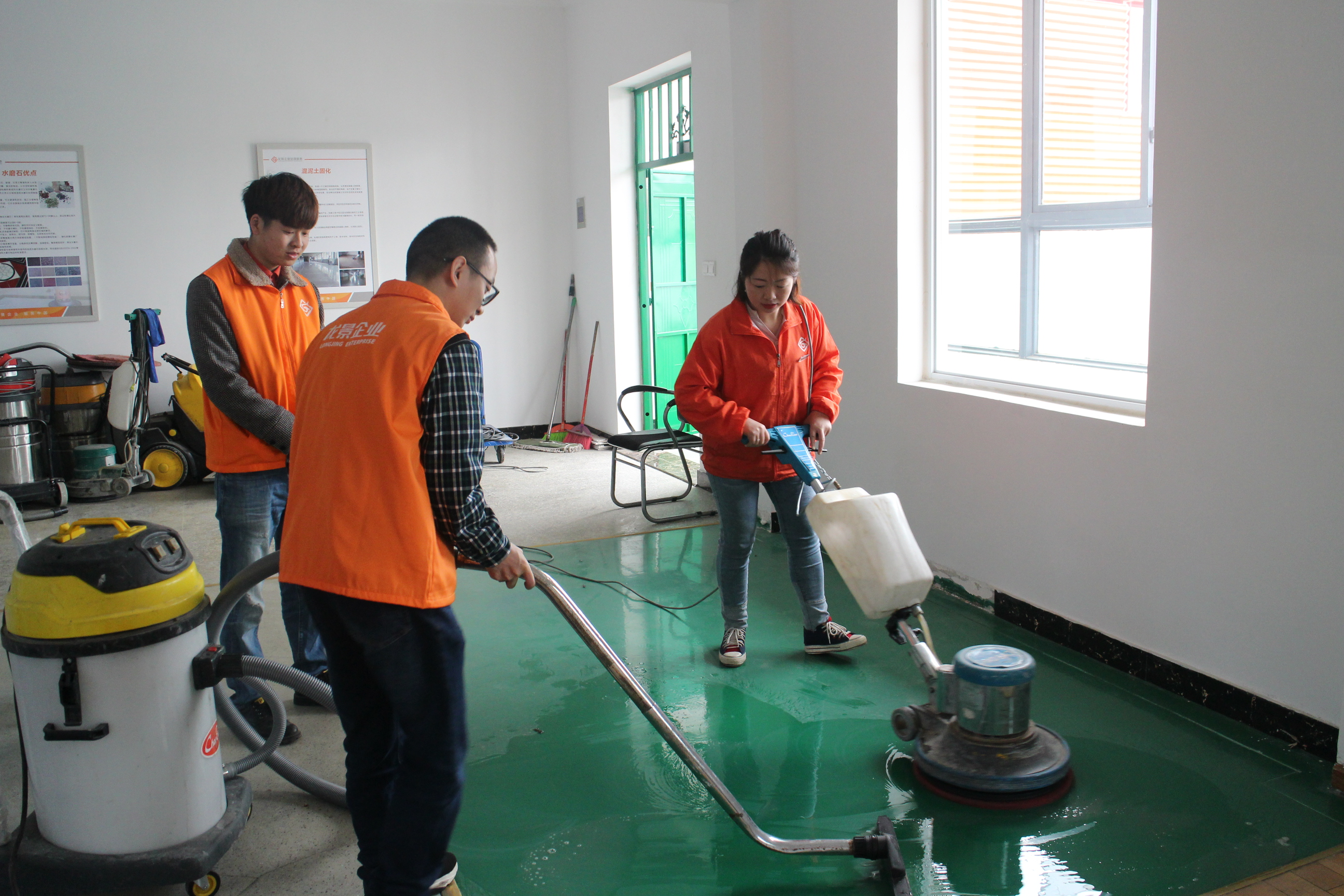 龙景培训导师正在教学员地面清洗养护技术