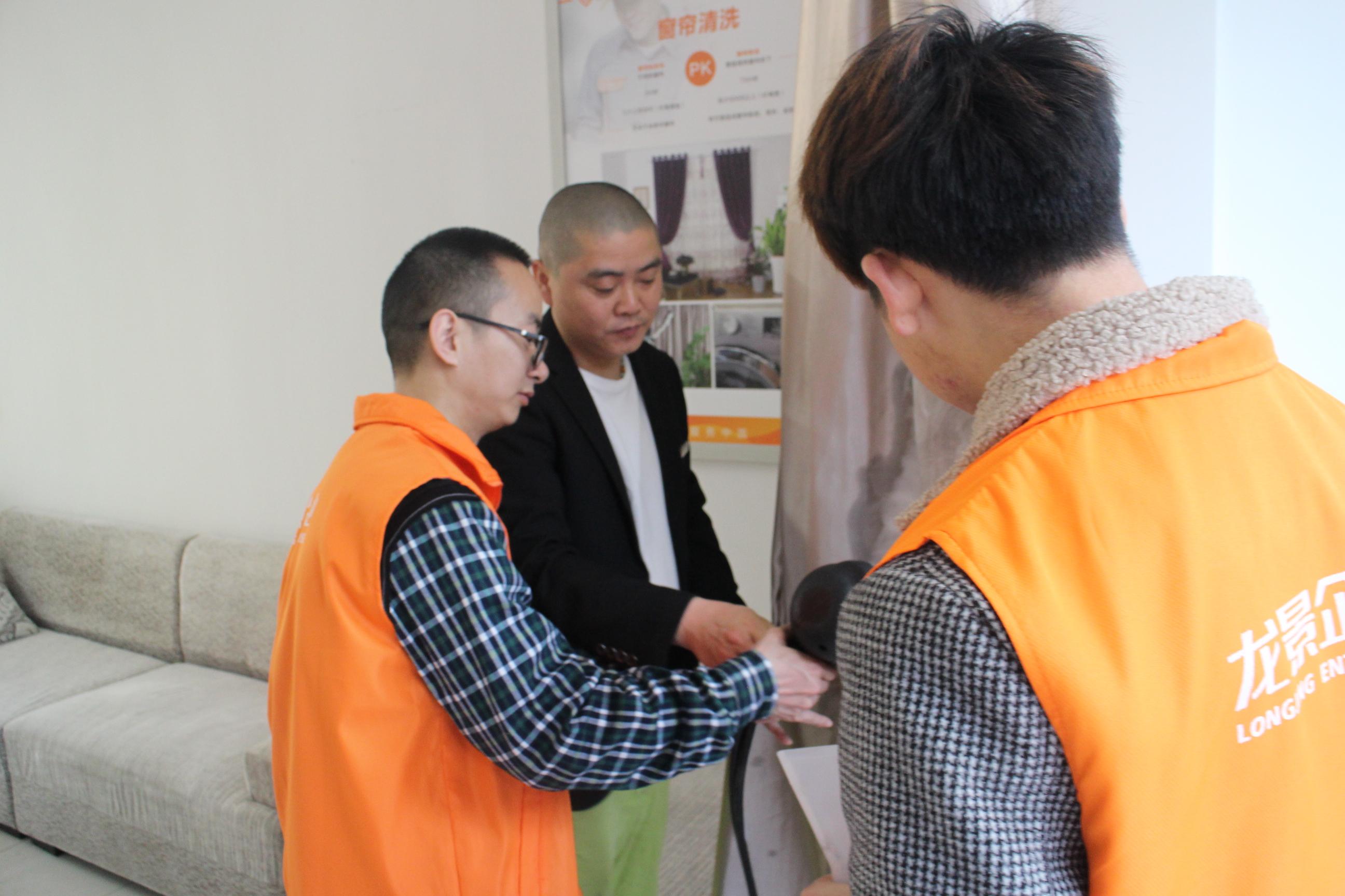 龙景培训学员正在学习免拆窗帘保洁清洗技术