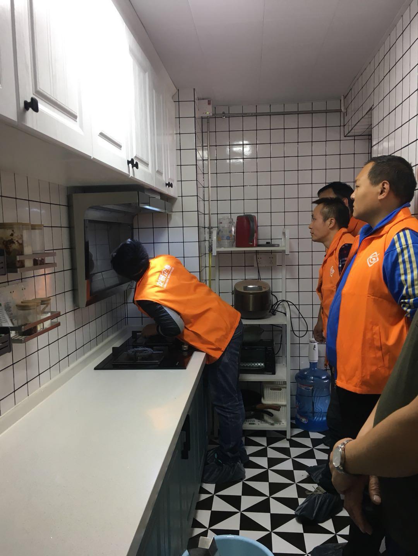 龙景油烟机清洗培训学员正在进行实践培训