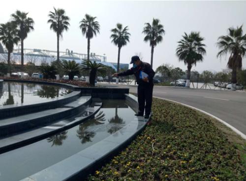 防制人員對噴泉水池放滅蚊幼蟲緩釋劑顆粒劑