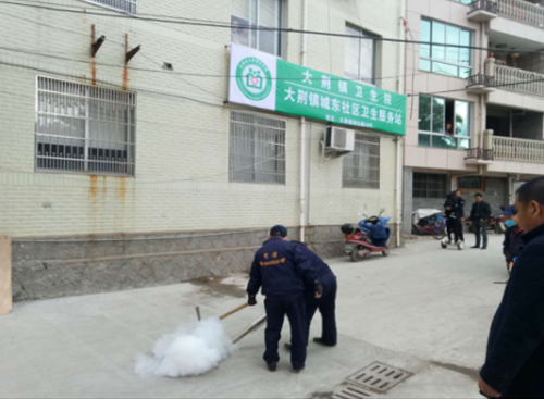 防制人員對下水道滅蚊煙霧消殺施工