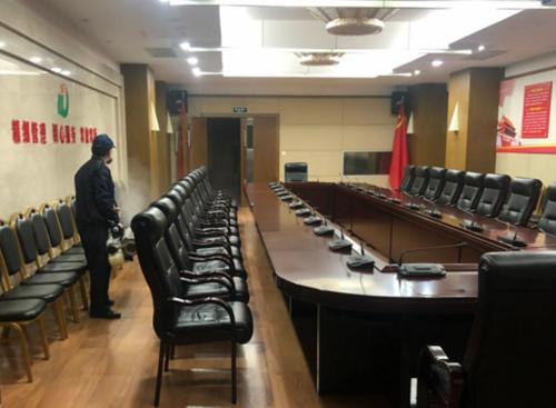 防制人員對會議室煙霧消殺施工