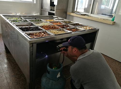 防制人員對食堂蟲害消殺施工