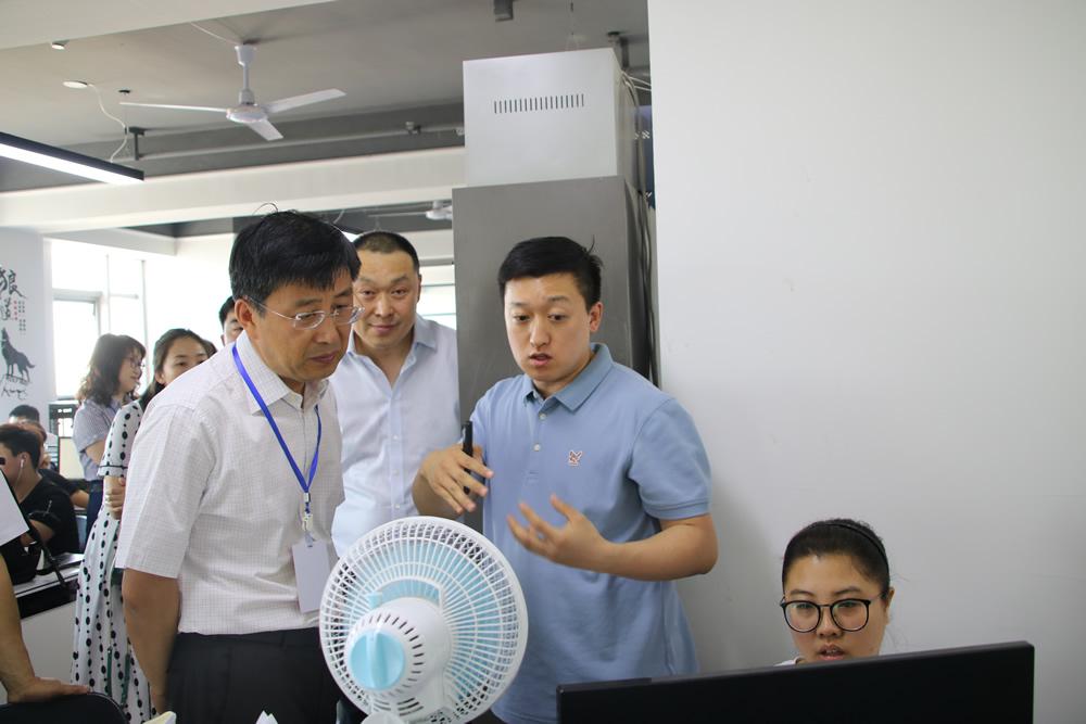 3、入驻企业国软利达副总经理刘国庆-右向政协主席毕红鹰-左介绍智慧消防系统