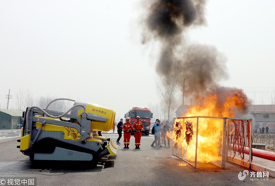 """""""大块头""""消防排烟机器人对准着火点展开攻势"""