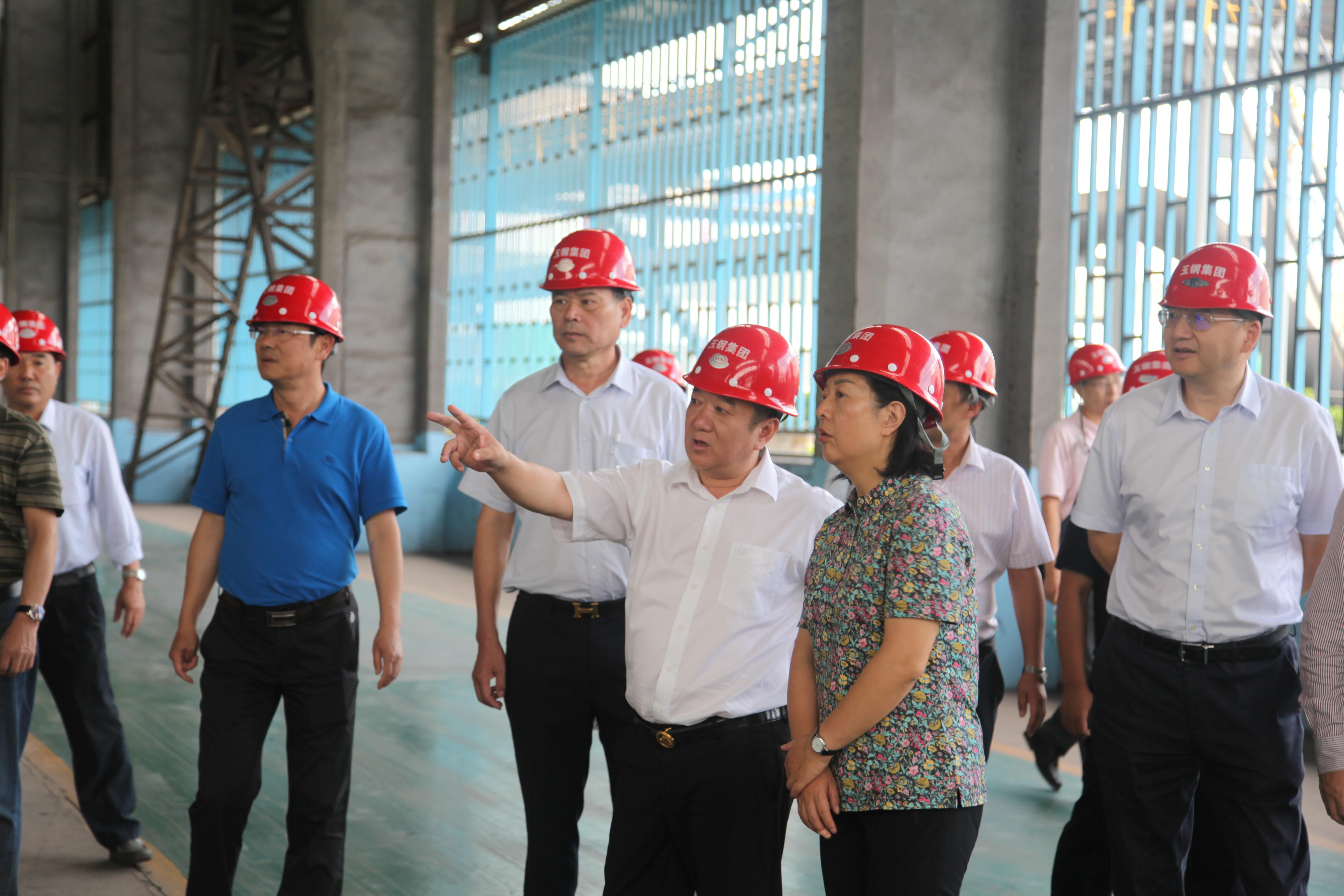 2國家體育總局黨組成員、副局長楊寧-前排右一蒞臨公司指導工作。