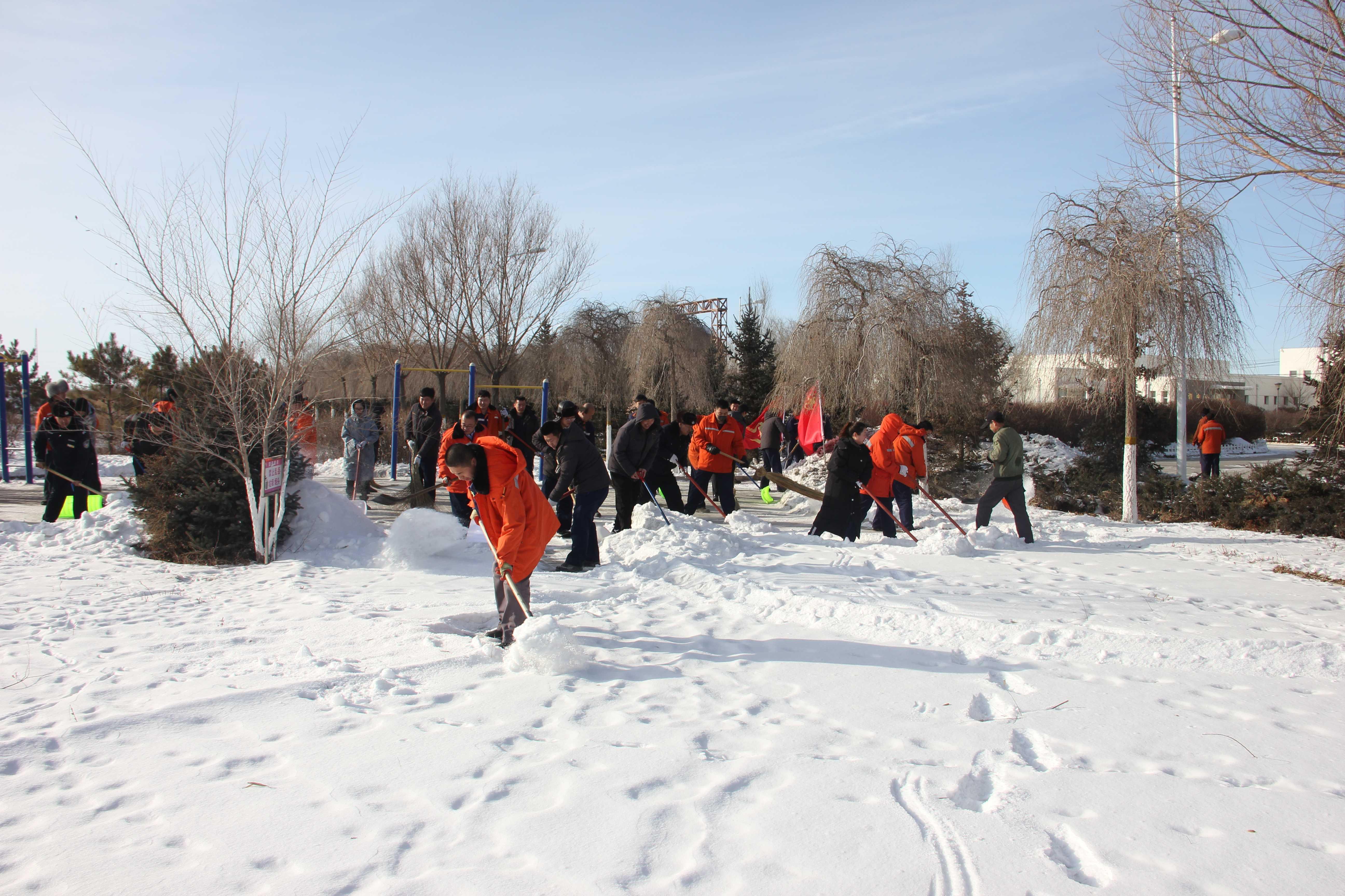 党团员做表率铲雪除冰进行时-铲雪除冰3