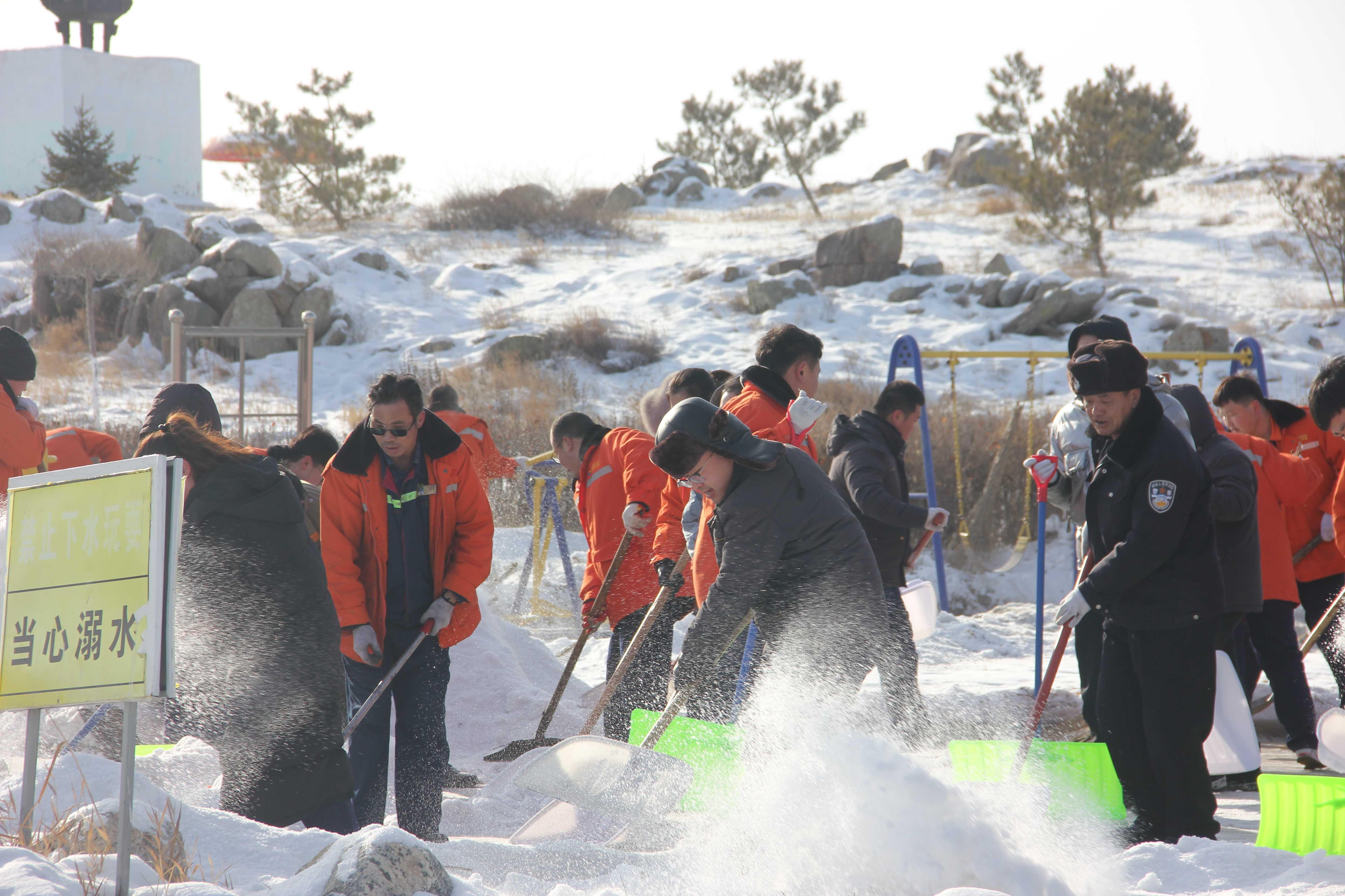 党团员做表率铲雪除冰进行时-铲雪除冰8
