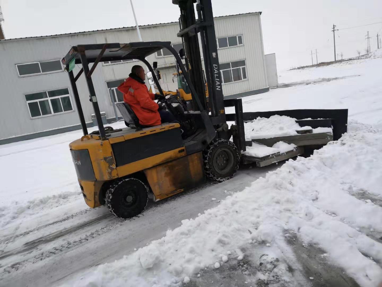 職工們冒著嚴寒清理積雪