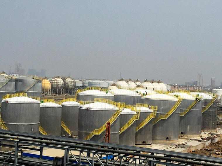 石油化工输储智能监测系统可监测码头油气管件、油气罐区、长输管线的压力变形、形变、温度、泄漏等状态,还可进行储罐储体感温监测。