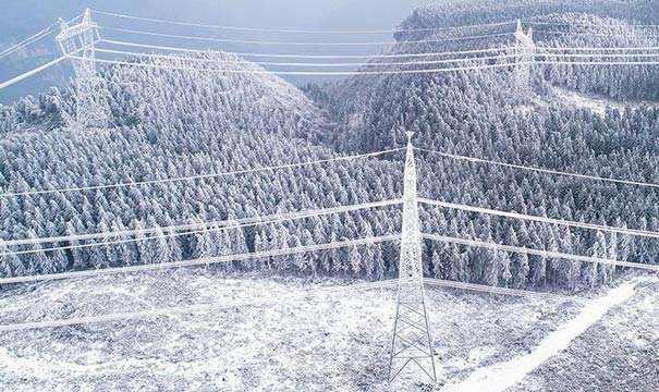 全天候输电线路智能监测系统可应用在高压输电线路,用于监测塔架结构变形、输电线拉力、覆冰、舞动等状态。
