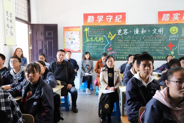 03家长坐进课堂听课